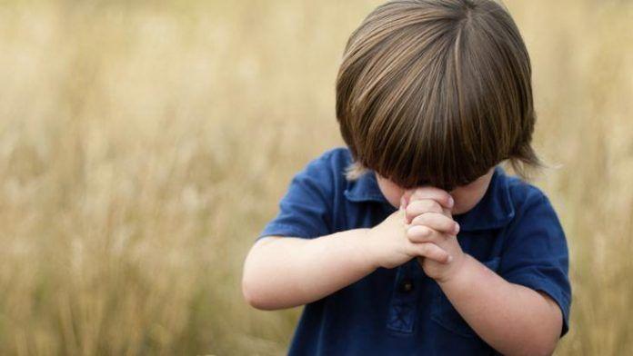 Un niño rezando
